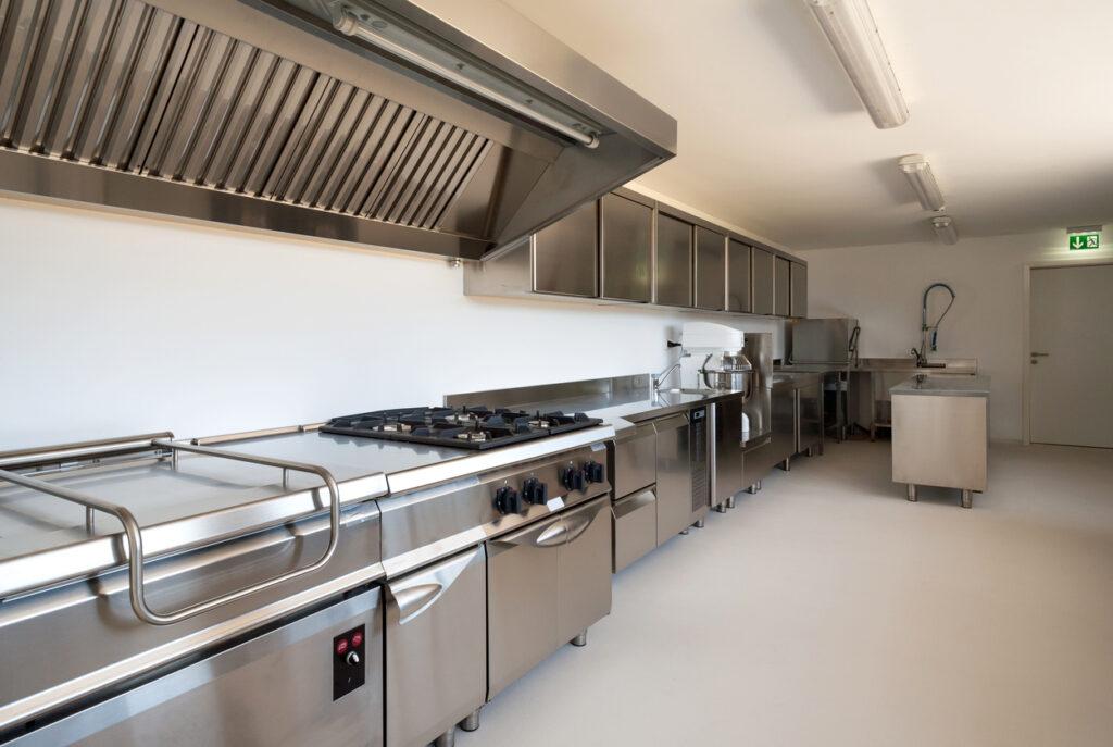 Acrylaatvloer in industriële keuken